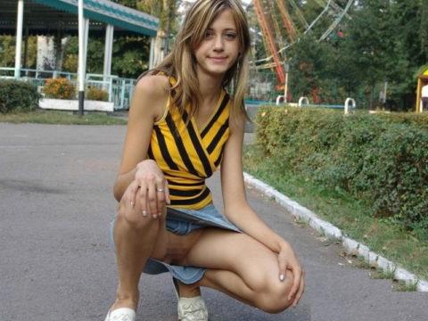 【高確率!?】海外でデニムミニスカ穿いてる女のノーパン率wwwwwwwwww(画像28枚)・20枚目