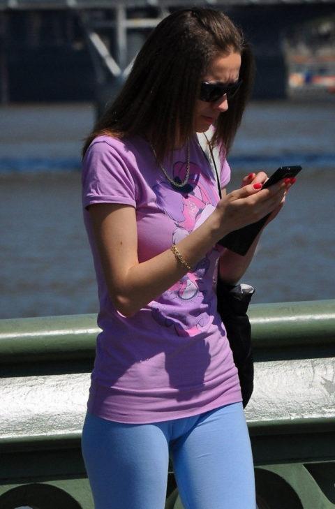 【画像あり】ほぼマンコ晒しながら街を歩いてる女性たちwwwwwwwww・22枚目