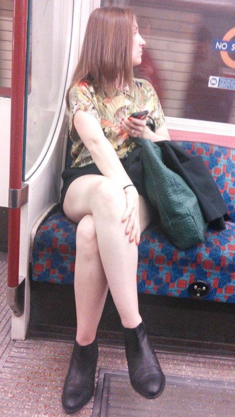 痴漢されても仕方がない!?電車内で挑発的な女たち(画像30枚)・22枚目