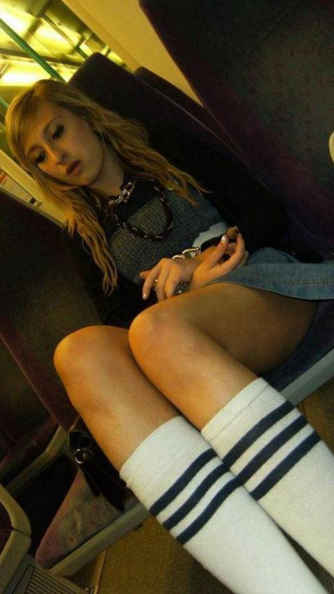 痴漢されても仕方がない!?電車内で挑発的な女たち(画像30枚)・25枚目