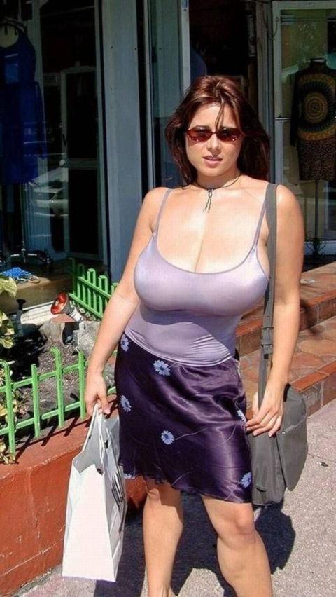 【街撮り】思わず手を出してしまいそうな着衣巨乳の美女たち(画像30枚)・27枚目