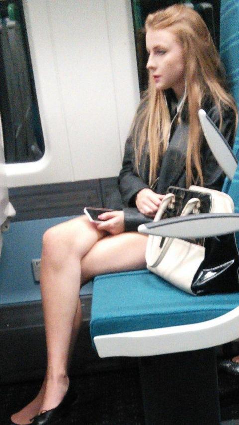 痴漢されても仕方がない!?電車内で挑発的な女たち(画像30枚)・27枚目