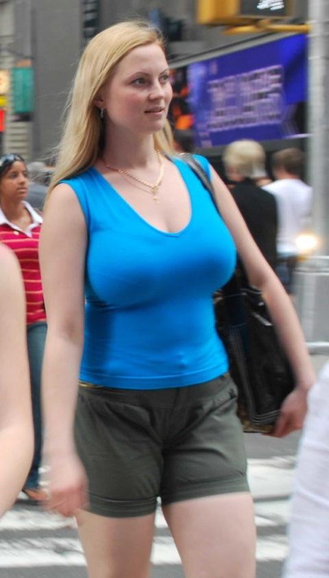 【街撮り】思わず手を出してしまいそうな着衣巨乳の美女たち(画像30枚)・29枚目
