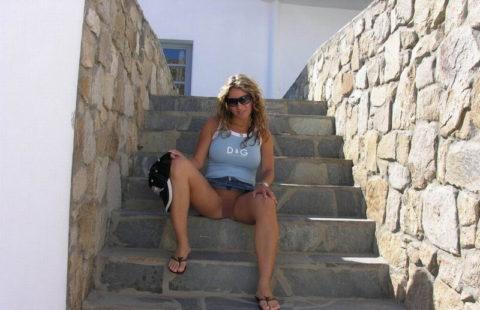 【高確率!?】海外でデニムミニスカ穿いてる女のノーパン率wwwwwwwwww(画像28枚)・3枚目