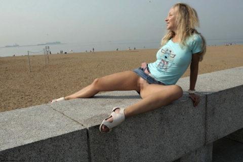 【高確率!?】海外でデニムミニスカ穿いてる女のノーパン率wwwwwwwwww(画像28枚)・4枚目