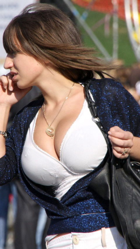 【街撮り】思わず手を出してしまいそうな着衣巨乳の美女たち(画像30枚)・6枚目