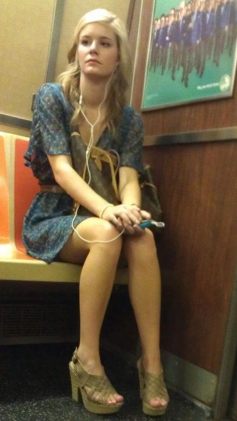 痴漢されても仕方がない!?電車内で挑発的な女たち(画像30枚)・5枚目