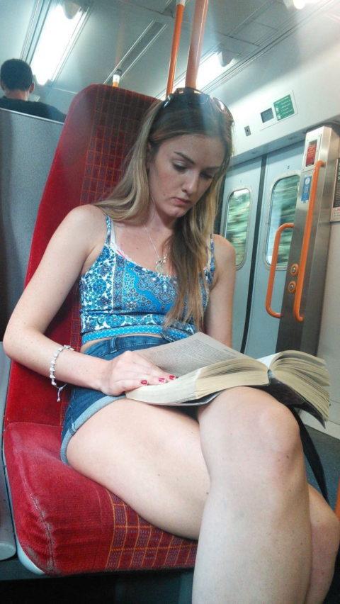 痴漢されても仕方がない!?電車内で挑発的な女たち(画像30枚)・7枚目