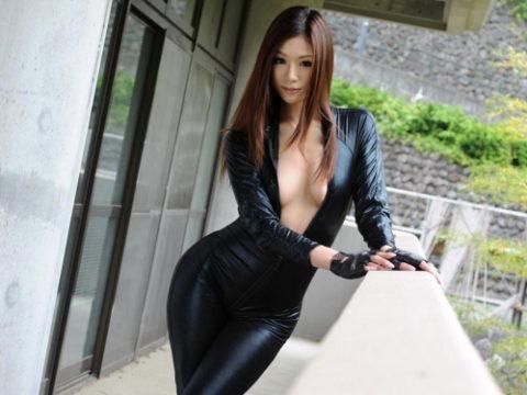 【犯したい】ジャンプスーツを着こなすエロカッコイイ女さんの画像集(30枚)・1枚目