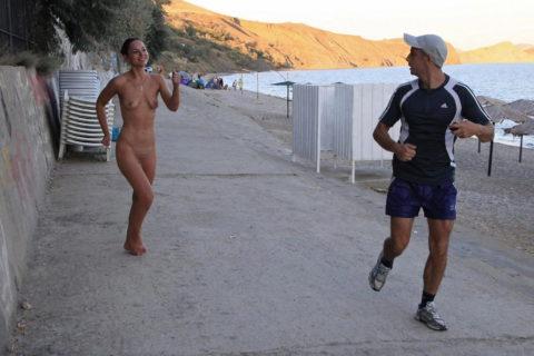 海外でしか見ない全裸で駆け抜ける露出狂女なんなの???(画像30枚)・10枚目