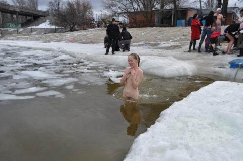 チンコを熱くさせてくれる全裸で寒中水泳を頑張る美女たち(画像30枚)・10枚目