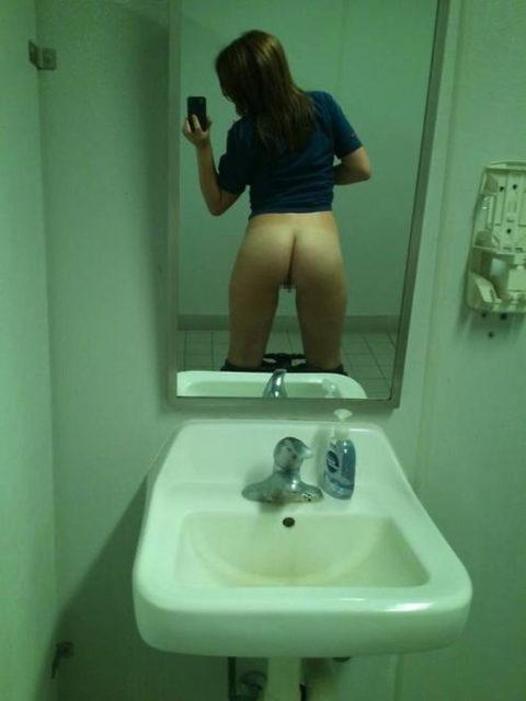 トイレ→密室→鏡ある→女たちの行動がこちらwwwwwwwwwwwwww(画像あり)・10枚目