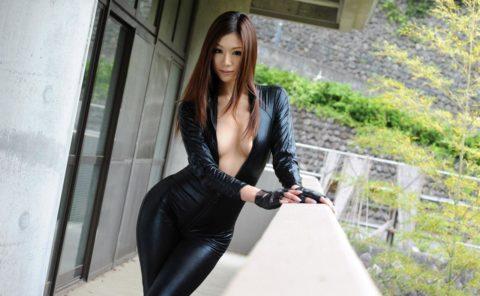 【犯したい】ジャンプスーツを着こなすエロカッコイイ女さんの画像集(30枚)・11枚目