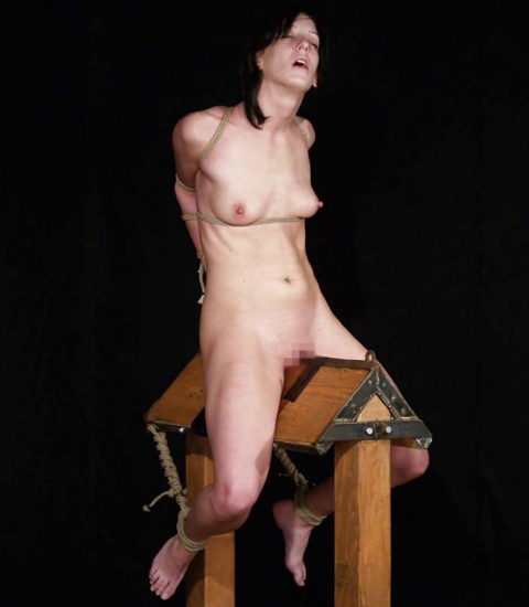 【SM調教】三角木馬とかいうマンコを破壊しかねない拷問器具怖すぎwwwwwwwww(画像33枚)・11枚目