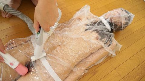 【真似禁止】全裸の女を布団圧縮袋に入れて圧縮したらこうなる・・・(画像30枚)・13枚目