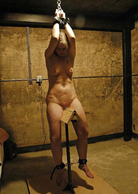 【SM調教】三角木馬とかいうマンコを破壊しかねない拷問器具怖すぎwwwwwwwww(画像33枚)・16枚目