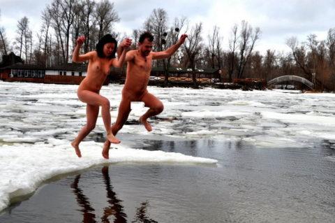 チンコを熱くさせてくれる全裸で寒中水泳を頑張る美女たち(画像30枚)・17枚目