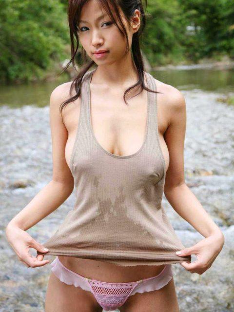 乳首を探さずにはいられないノーブラタンクトップのお姉さん画像集(30枚)