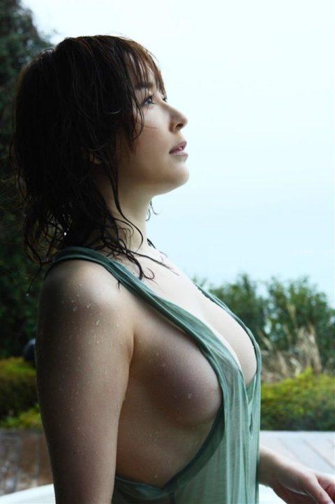 乳首を探さずにはいられないノーブラタンクトップのお姉さん画像集(30枚)・23枚目