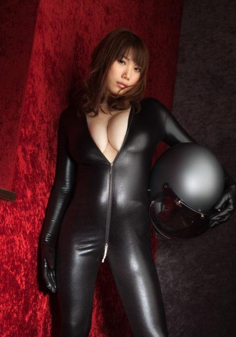 【犯したい】ジャンプスーツを着こなすエロカッコイイ女さんの画像集(30枚)・25枚目