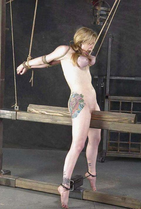【SM調教】三角木馬とかいうマンコを破壊しかねない拷問器具怖すぎwwwwwwwww(画像33枚)・3枚目