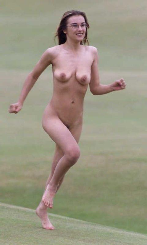 海外でしか見ない全裸で駆け抜ける露出狂女なんなの???(画像30枚)・30枚目