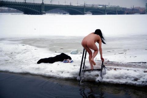 チンコを熱くさせてくれる全裸で寒中水泳を頑張る美女たち(画像30枚)・30枚目