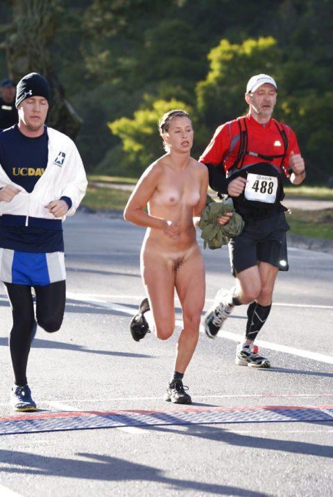 海外でしか見ない全裸で駆け抜ける露出狂女なんなの???(画像30枚)・4枚目