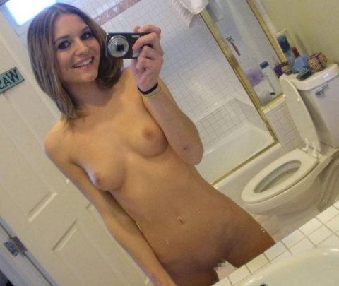 トイレ→密室→鏡ある→女たちの行動がこちらwwwwwwwwwwwwww(画像あり)・4枚目
