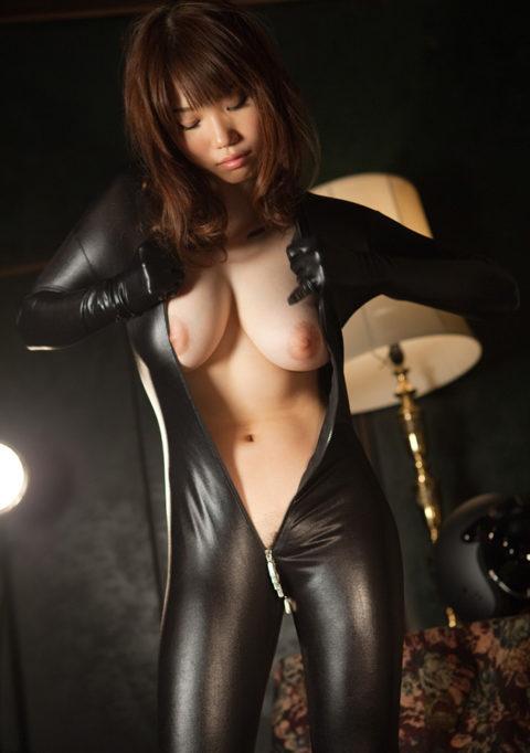 【犯したい】ジャンプスーツを着こなすエロカッコイイ女さんの画像集(30枚)・5枚目