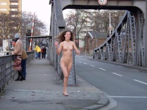 海外でしか見ない全裸で駆け抜ける露出狂女なんなの???(画像30枚)・6枚目