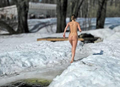 チンコを熱くさせてくれる全裸で寒中水泳を頑張る美女たち(画像30枚)・6枚目
