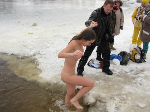 チンコを熱くさせてくれる全裸で寒中水泳を頑張る美女たち(画像30枚)・9枚目
