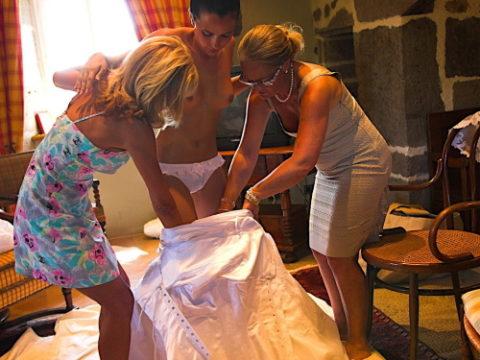 新婦がウェディングドレスに着替え中に写真撮るやつwwwwwwww(30枚)・1枚目