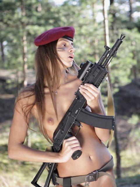 戦場で見つけたらとりあえずレイプしたい女兵士の画像集(30枚)・1枚目