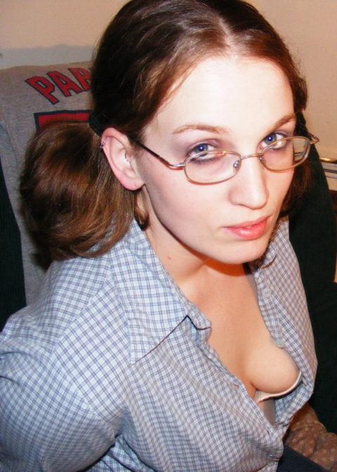 開襟シャツの隙間からブラを見せつけてくる巨乳素人さんたち(画像23枚)・18枚目