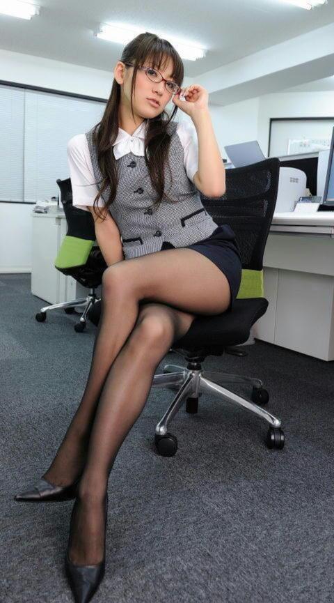 腰まで捲り上げてやりたい美脚女子のタイトスカート画像集(29枚)・24枚目