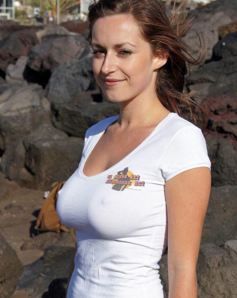 透け乳首で男の視線を誘ってくるあざとい女たち(画像26枚)・25枚目