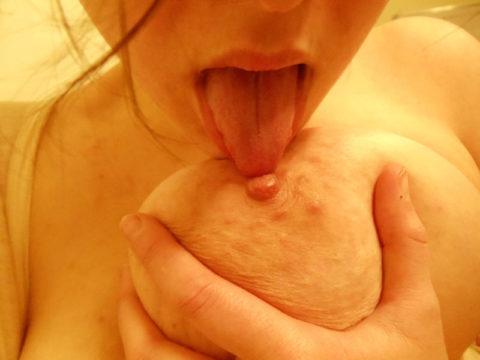 自分で乳首舐めてオナニーしてる寂しい女の画像集(30枚)・6枚目