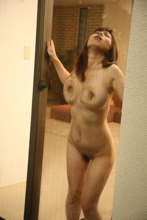 ガラス越しにおっぱいを見せつけてくる変態女の画像集wwwwwwww(30枚)・6枚目