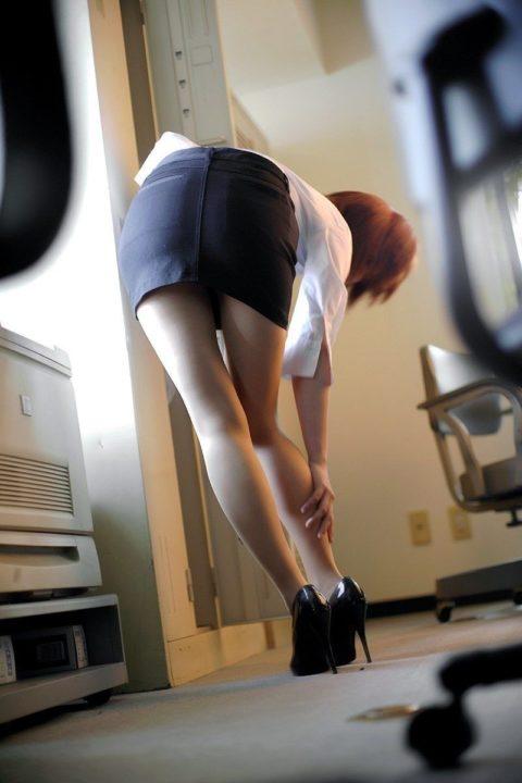 腰まで捲り上げてやりたい美脚女子のタイトスカート画像集(29枚)・9枚目