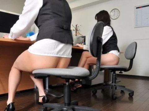 【ブラック企業】女性事務員を下半身スッポンポンで働かせてみた結果wwwwwwwww(画像あり)・1枚目