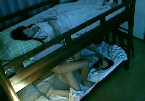 【エロ画像】姉妹が同じ部屋の悩みがこちら→「またお姉ちゃんSEXしてる・・・」