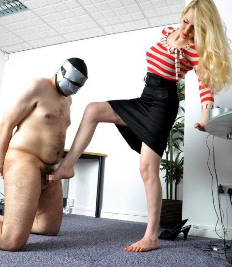【理解不能】女にタマ蹴り上げられて快感を得るドM男たちwwwwwwwww(画像30枚)・1枚目
