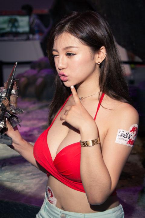 【入れ乳?】胸の谷間がまぶしい台湾のコンパニオンの画像集(30枚)・10枚目