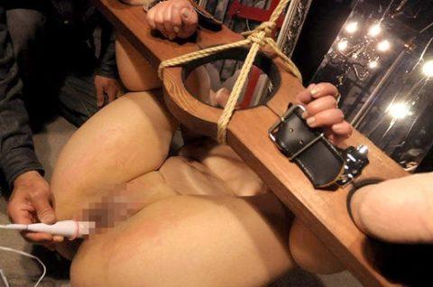 【SM】木製拘束具でがっちり固定されちゃってる姓奴隷さんたちのエロ画像集(27枚)・11枚目