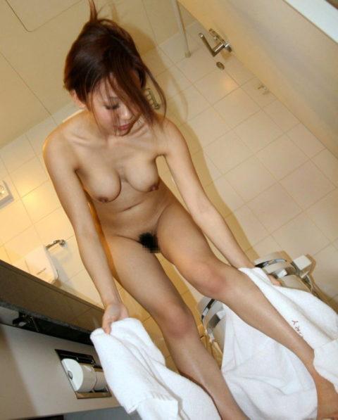 妄想で股間が膨らむ風呂上がりにバスタオルで体を拭く女の子(画像26枚)・12枚目