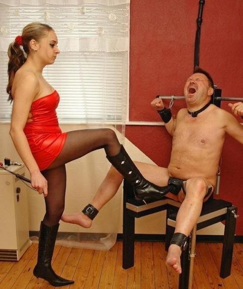 【理解不能】女にタマ蹴り上げられて快感を得るドM男たちwwwwwwwww(画像30枚)・16枚目