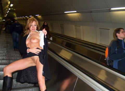 エスカレーターで強制見せつけしてくる露出狂女たち(画像30枚)・19枚目