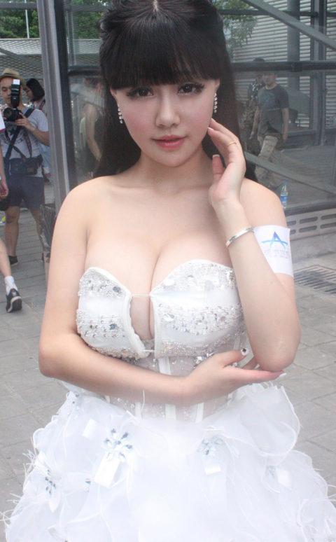 【入れ乳?】胸の谷間がまぶしい台湾のコンパニオンの画像集(30枚)・19枚目